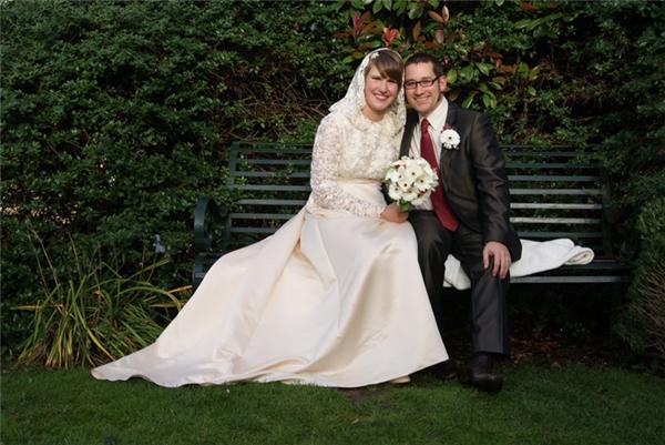 Trong ngày trọng đại, cô dâu ở Anh mặc một chiếc váy lụa dài, trên có mũ trùm.