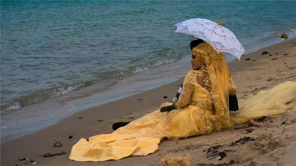 Ở Campuchia, cô dâu thường mặc một bộ váy cưới màu vàng cùng một tấm khăn trùm đầu có màu sắc tương tự.