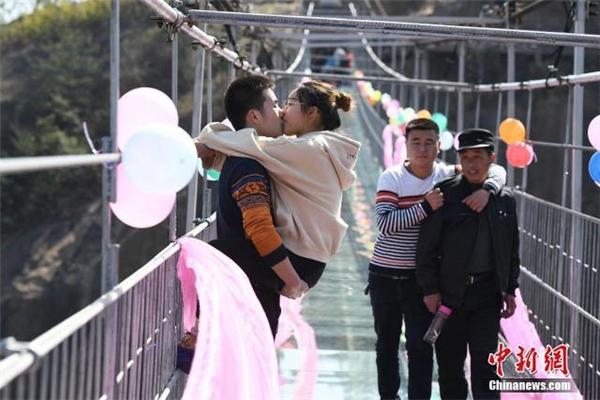 Ngoài việc phá kỉ lục là người hôn lâu nhất các cặp đôi còn phải liên tục thay đổi tư thế hôn theo điều động của ban tổ chức.