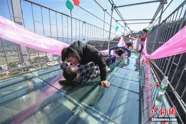Cuộc thi năm nay được đánh giá là khó hơn mọi năm khi tổ chức trên cầu đáy kính khiến nhiều người sợ độ cao không khỏi e dè.