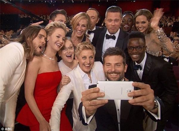Tấm ảnh selfie góp mặt cả ba người.