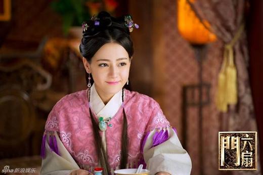 Không những thế, Địch Lệ Nhiệt Ba còn gây chú ý với khán giả khi vào vai Tô Dật Thanh trong Lục Phiến Môn cùng nam diễn viên Lâm Phong năm 2015.