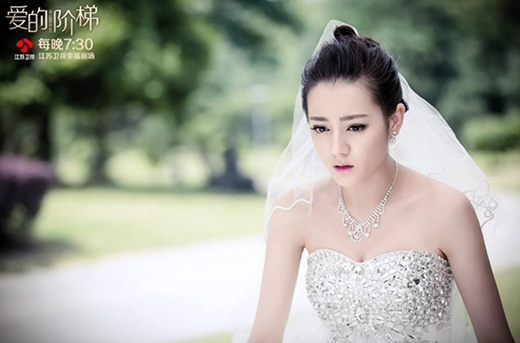 Năm 2015 được xem là năm hết sức thành công của Địch Lệ Nhiệt Ba khi cô vào vai Tống Tử Hàm - thiên kim tiểu thư xinh đẹp của Tống Gia trong bộ phim Nấc thang dục vọng.