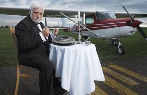 """Michel Lotito, người Pháp, được biết đến là một nghệ sĩ nổi tiếng với biệt danh là """"Quý ngài ăn mọi thứ""""."""
