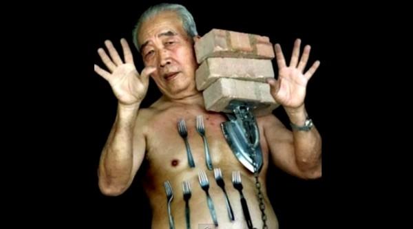 """Liew Thow Lin đến từ Malaysia nổi tiếng thế giới với khả năng hút kim loại, và đươc mênh danh là """"Người nam châm""""."""