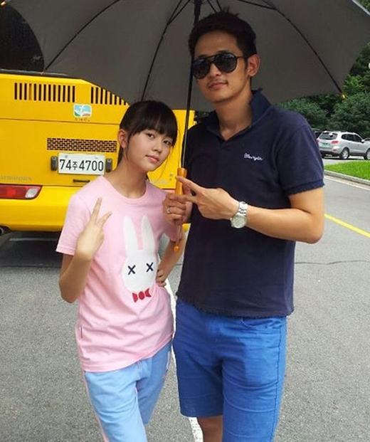 """Nhiều người nghĩ rằng Kim So Hyun chụp cùng với một diễn viên nào đó. Nhưng cô nàng vui vẻ chia sẻ: """"Đây là quản lý của tôi đấy"""" khiến nhiều fanngạc nhiên."""
