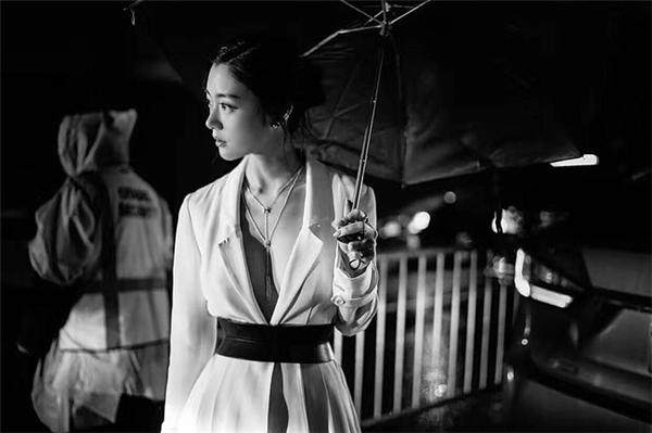 Dưới nước ảnh đen trắng, bộ trang phục hở bạo của Clara trông tinh tế và quyến rũ hơn hẳn.