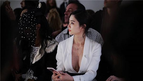 """Tạihàng ghế đầu của sự kiện, """"người đẹp hở bạo"""" Clara xinh đẹp nổi bật với thiết kế xẻ sâu khoe vòng 1 siêu khủng của mình."""
