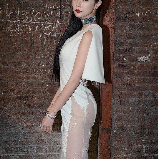 """Không dừng lại ở đó, Clara còn mang đến sự kiện củaLanyu Couturemột bộ trang phục """"kín ngực hở mông""""."""