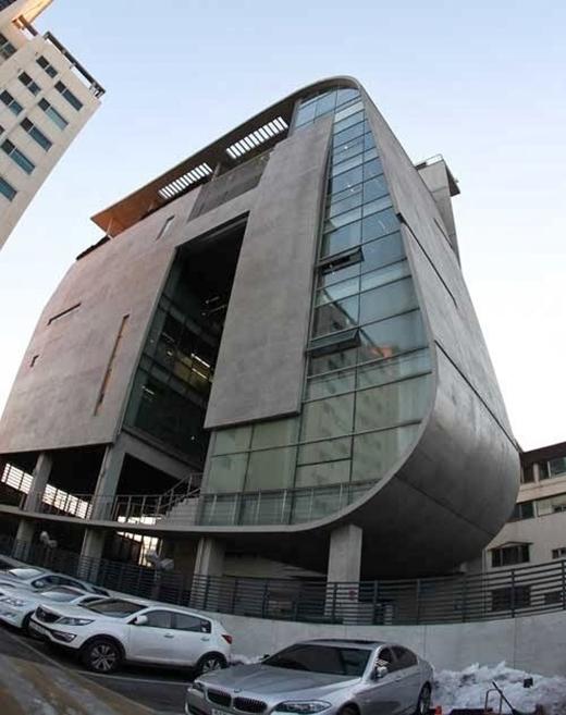Tòa nhà YG có đủ mọi thứ để phục vụ cho các nghệ sĩ của mình bao gồm:văn phòng làm việc, phòng thu, studio và canteen.