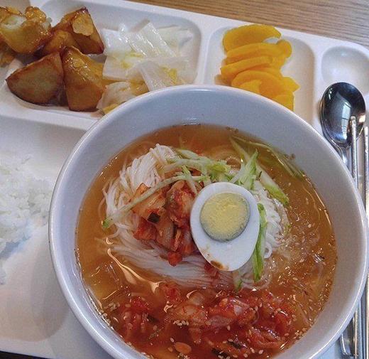 """Đa số các món ăn được phục vụ đều là món Hàn.Những món ngon trong canteen từng được biết bao nghệ sĩ YG """"ca ngợi"""" đã được một quản lý tung lên mạng để thỏa lòng tò mò của fan."""