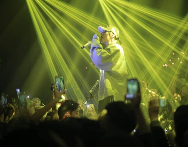 """Được biết, đêm nhạc nàyđã thu hút hơn 1.500 người hâm mộđến theo dõi chương trìnhtừ sớm để chờ đợi thưởng thức phần trình diễn đầy """"máu lửa"""" của nam ca sĩ. - Tin sao Viet - Tin tuc sao Viet - Scandal sao Viet - Tin tuc cua Sao - Tin cua Sao"""