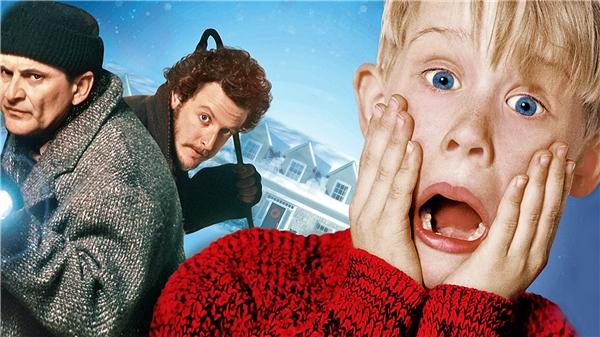"""Home Alone kể về cậu bé Kevin phải """"cân"""" cả 2 tên trộm khi ở nhà một mình dịpGiáng sinh."""