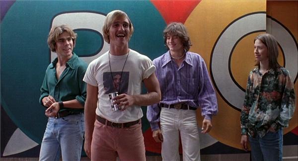 """Dazed and Confused đứng hạng 10 trong danh sách """"25 bộ phim hài hước nhất"""" do tạp chí Entertainment Weekly bình chọn."""