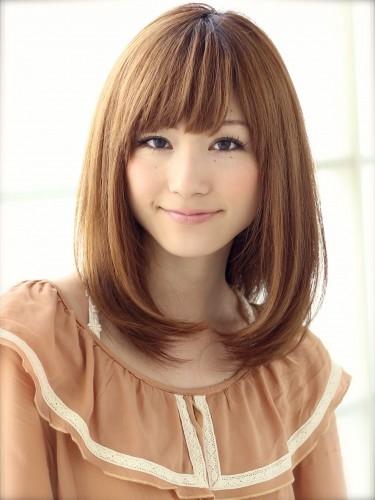 Kiểu tóc duỗi cúp tóc vào ôm sát khuôn mặt còn khiến gương mặt trở nên nhỏ nhắn hơn nữa đấy.
