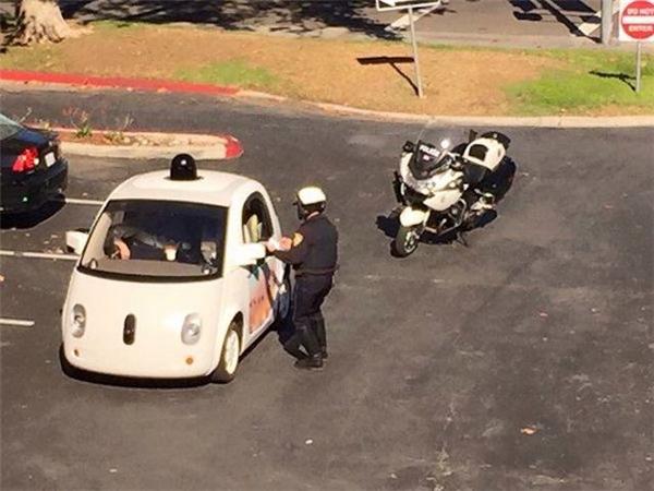 Bị cảnh sát nhắc nhở khi chạy với tốc độ quá chậm