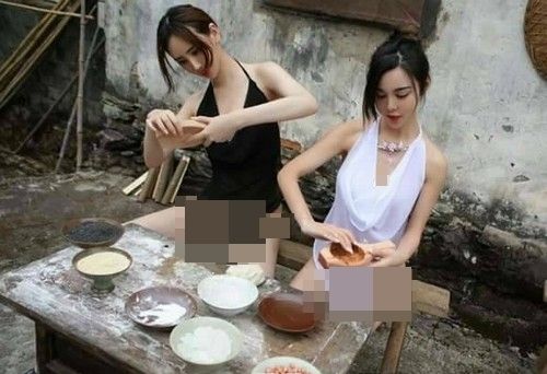 Không chỉ mặc trang phục quá sexy, hai cô nàng còn tạo dáng lả lơi trong khung cảnh thôn quê tĩnh mịch.