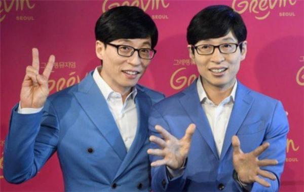 Yoo Jae Suk bên tượng sáp của anh vừa được ra mắt tại bảo tàng Grévin.