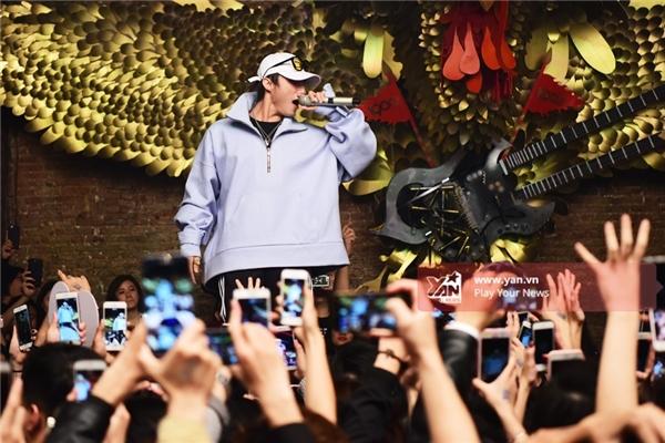 """Sơn Tùng MTP lần đầu hát remix Lạc trôi khiến fan Hà Nội """"phát cuồng"""" - Tin sao Viet - Tin tuc sao Viet - Scandal sao Viet - Tin tuc cua Sao - Tin cua Sao"""