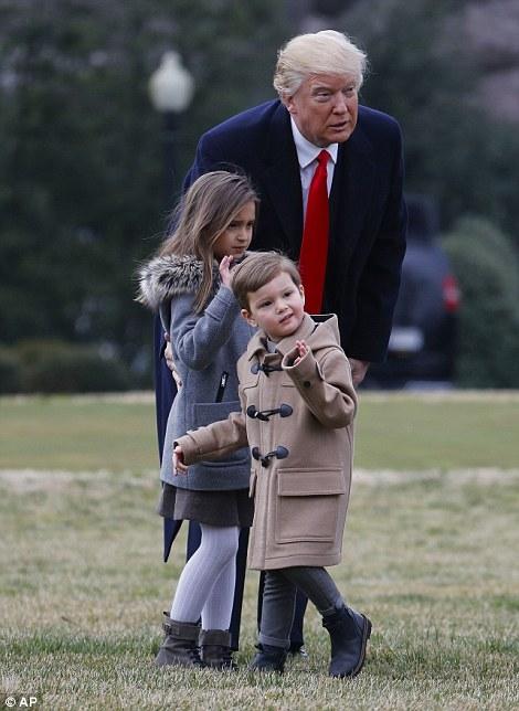 Tổng thống Donald Trump dắt tay cháu ngoại cực giản dị và gần gũi