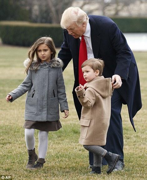 Ông vừa đi vừa chăm chú nhìn đường, thi thoảng lại ngó xuống xem xét hai đứa cháu.
