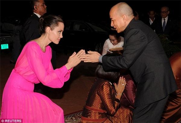 Nữ diễn viên hàng đầu Hollywood kính cẩn cúi chào Quốc vương.