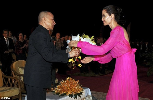 Angelina Jolie tươi tắn diện đầm hồng diện kiến Quốc vương Campuchia.