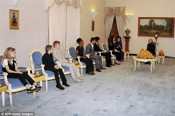 Cả 6 nhóc tì cùng đi theonữ diễn viên đếnCampuchia.