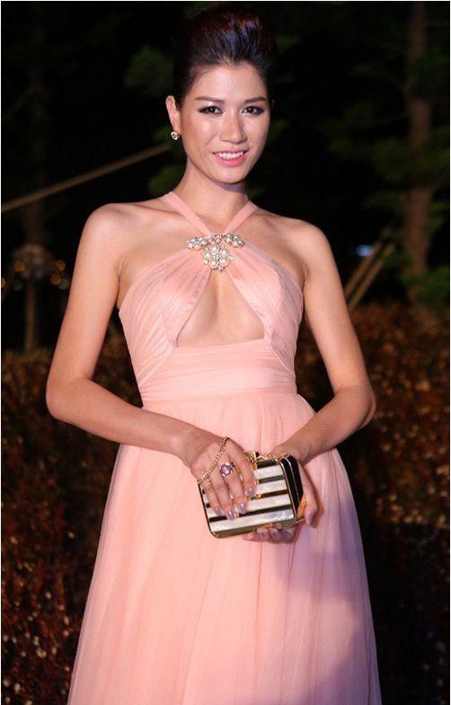 Tông hồng nhạt của chiếc váy gần như đồng nhất với màu da của Trang Trần tạo cảm giác dễ chịu cho người xem.