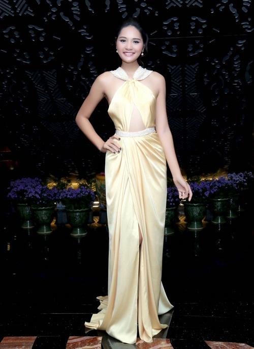 Hoa hậu Hương Giang quyến rũ với đầm lụa vàng kết hợp phần ngực được xẻ theo cấu trúc hình tam giác.