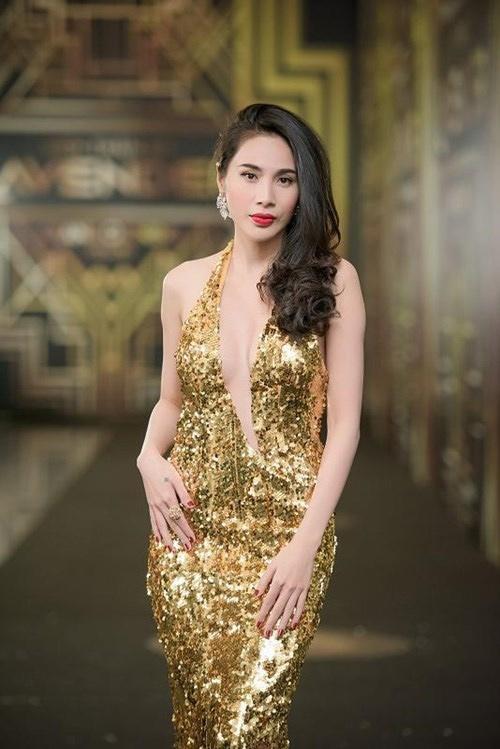 Chiếc đầm vàng ánh kim của Thủy Tiên từng giúp cô liên tục có mặt trong nhiều bảng xếp hạng mặc đẹp. Sắc vóc, làn da của cô được tôn lên triệt để nhờ bộ trang phục này.