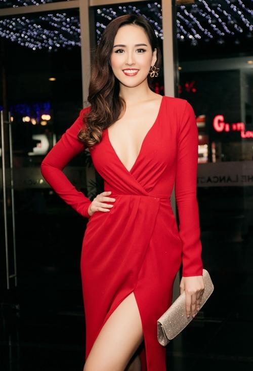 Bộ váy đỏ của Mai Phương Thúy dù đơn giản nhưng vẫn cuốn hút nhờ những khoảng hở chừng mực, tinh tế.