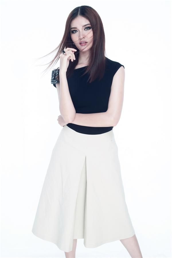 Đồng thời, gu thời trang của Thùy Dung cũng trở nên gợi cảm, trưởng thành hơn. Người đẹp lựa chọn những thiết kế tông đen và trắng của Lâm Gia Khang để tạo sự đối lập, ấn tượng cho bộ ảnh.