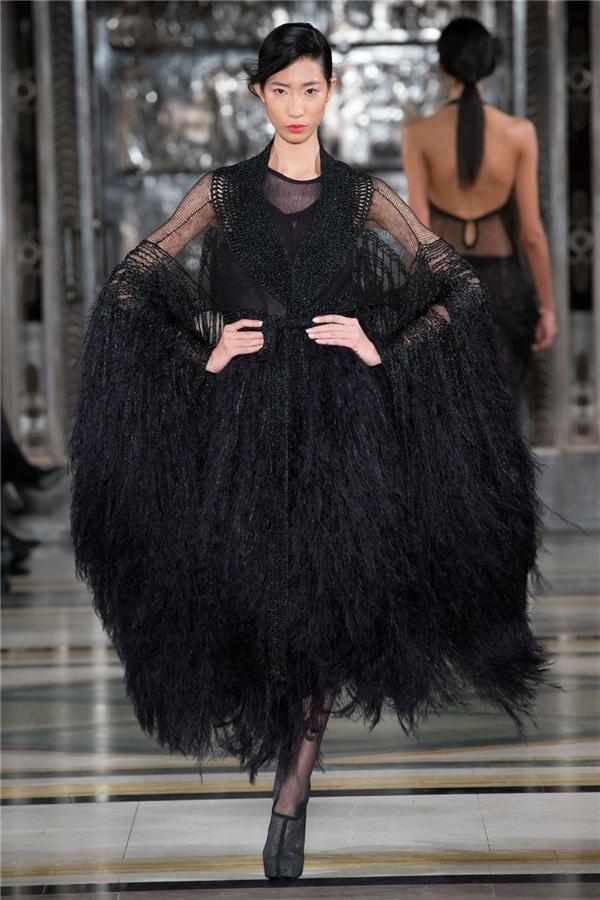 Trong khi đó, Trang Phạm lại ấn tượng với sắc đen huyền diệu cùng chất liệu lông vũ, chi tiết tua rua phủ đầy mặt chất liệu.