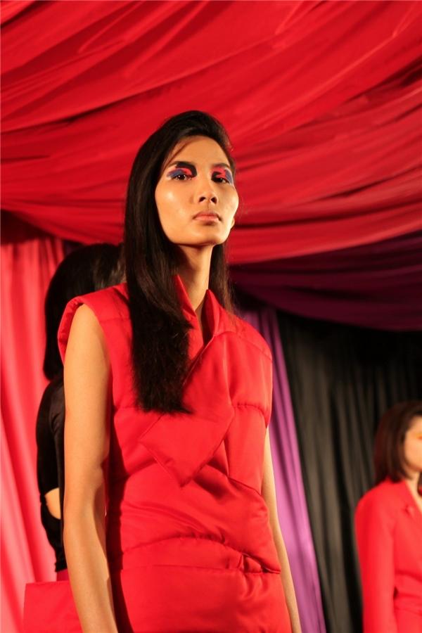 Cũng trong ngày đầu tiên của London Fashion Week Thu - Đông 2017, Hoàng Thùy còn trúng show của nhà mốt Marta Jakubowski. Bộ sưu tập này nghiêng về phong cách cá tính nên kiểu trang điểm rất ấn tượng.