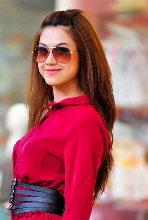 Ngoài sở hữu nhan sắc xinh đẹp, vóc dáng nổi bật ngang ngửa cô em gái nổi tiếng, Hoàng Yến còn có mối thân quen với rất nhiều các nghệ sĩ trong làng giải trí do hoạt động trong lĩnh vực truyền thông. - Tin sao Viet - Tin tuc sao Viet - Scandal sao Viet - Tin tuc cua Sao - Tin cua Sao