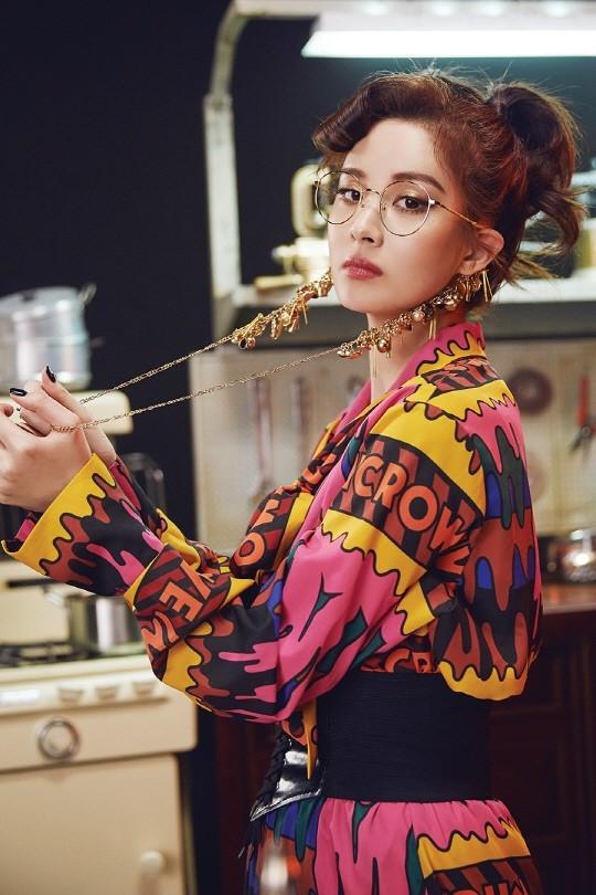 Không chỉ tài năng của cô là đề tài gây tranh cãi. Nhan sắc mặn mà này của cô út nhà SNSD cũng không được fan thiết tha cho lắm. Nhiều người bảo Seo Huyn tuy có đẹp nhưng đẹp rất đơ và mặt lúc nào cũng thiếu cảm xúc.