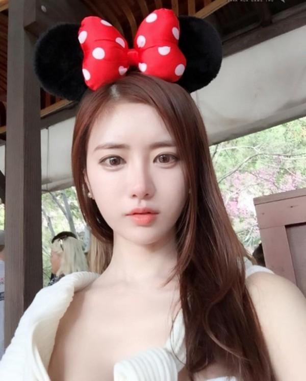 Cô nàng sở hữu khuôn mặt xinh đẹp cùng làn da trắng không tì vết này là một trong những Streamer nổi tiếng tại Hàn Quốc.