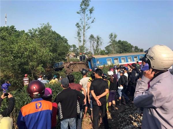 Vào khoảng 15g chiều nay, ngày 20/2, tại km 738+200 tuyến đường sắt Bắc - Nam, đoạn chạy qua xã Lộc Thủy, huyện Phú Lộc, tỉnh Thừa Thiên - Huế đã xảy ra vụ tai nạn nghiêm trọng giữa đoàn tàu SE2 (đi từ Sài Gòn ra Hà Nội) và một chiếc xe tải mang BKS 75C-026.91. (Ảnh:Minh Chính Nguyễn)