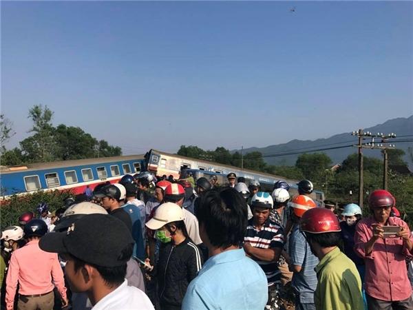 Vụ tai nạn làmđầu máy và 5 toa tàu lật khỏi đường ray đã khiến 3 người tử vong tại chỗ, 1 người bị thương nặng. (Ảnh:Minh Chính Nguyễn)