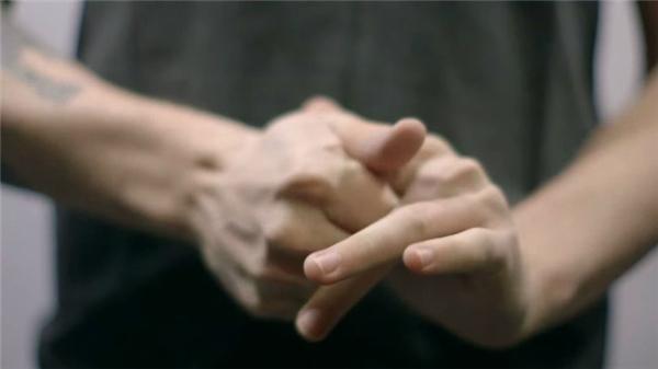 Bẻ ngón tay/ngón chân/cổ: Đối với bạn, có thể hành động đó rất thỏa mãn và sung sướng. Nhưng đối với người khác, những tiếng rắc rắc, cộp cộp, khục khục… mà các khớp xương phát ra là rất đáng sợ và rùng rợn.