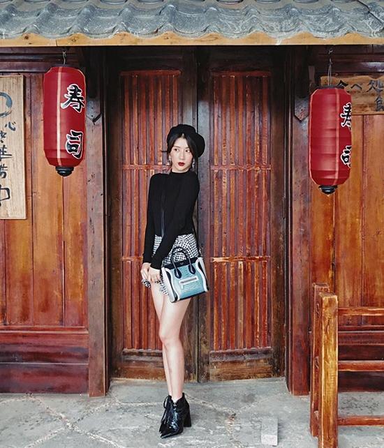 Quỳnh Anh Shyn ưa thích chiếc túi thuộc bộ sưu tập Céline's Spring 2015, giá khoảng 54 triệu đồng. Thiết kế có 4 màu hòa quyện vào nhau: xám, trắng, đen, xanh.