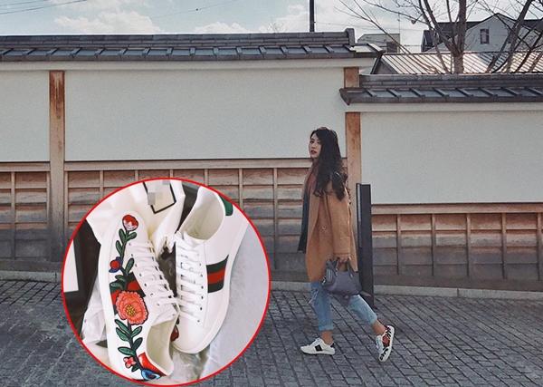 14 triệu là mức giá của đôi sneaker thêu hoa này. Quỳnh Anh Shyn cũng thuộc nhóm tiên phong theo đuổi các trào lưu hay phong cách thời trang mới.