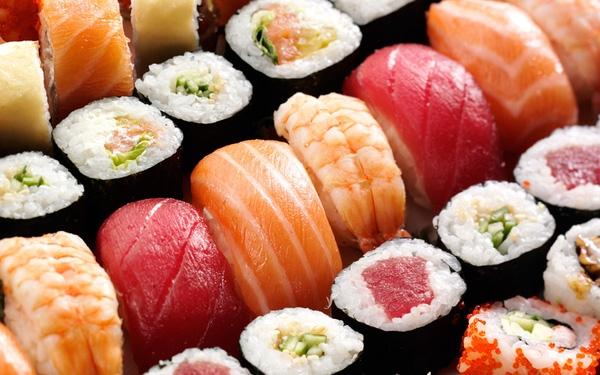 Sushi là một trong những món ăn truyền thống đặc sắc của người Nhật Bản. Nguyên liệu chính để làm nên mónSushilà cơm trộn dấm kết hợp với các loại thức ăn như cá sống, trứng cá, hải sản tươi sống, rau củ, wasabi (mù tạt). Tuy trông có vẻ đơn giản món ăn này lại rất cầu kì trong khâu trình bày lẫn chế biến.