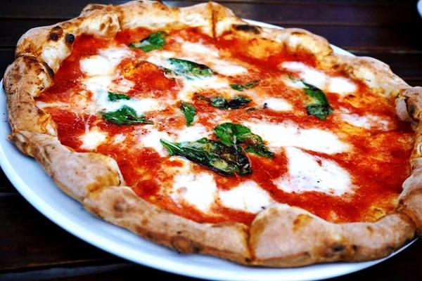 Pizza được coi là biểu tượng ẩm thực của đất nước Italia và một trong những loại pizza nổi tiếng nhất phải kể đến chính là Margherita - loại pizza mang tên của nữ hoàng Margherita Teresa Giovanni. Thành phần của Margherita gồm có cà chua, pho mát mozzarella và húng quế, những thành phần đã tạo nên ba màu đỏ, trắng và xanh lá cây tượng trưng cho quốc kì Ý.