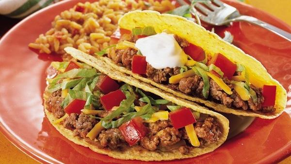 Khi nhắc tới tinh hoa ẩm thực Mexico thì không thể không nhắc đến món bánh Tacos. Đây là loại bánh kẹp thịt với vỏ bánh được làm từ bột ngô còn nhân bánh được làm từ bất kỳ loại thịt nào như thịt lợn, thịt bò, thịt gà, cá nấu chín.