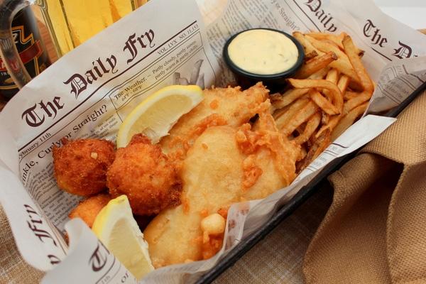 Nhắc tới món ăn tiêu biểu của nước Anh người ta nghĩ ngay tới món Fish and chips (Fish & chips). Đây là một món ăn không thể thiếu trong cuộc sống của người Anh dù chúng rất đơn giản, chỉ gồm cá và khoai tây chiên.