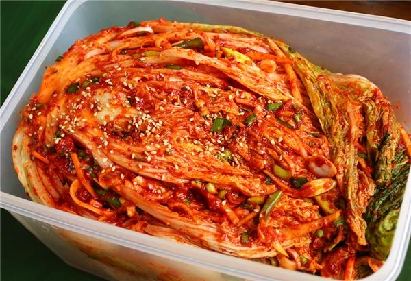 """Món kim chi được ưa thích đến mức người ta vẫn luôn dùng cụm từ """"xứ kim chi"""" để gọi tên đất nước Hàn Quốc. Món ăn này được làm bằng cách lên men từ các loại rau củ (chủ yếu là cải thảo) và ớt, có vị chua cay."""