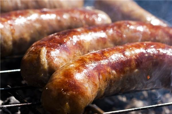 Xúc xíchĐức còn được gọi với cái tên Wurst, là món ăn truyền thống và hầu như xuất hiện trong mọi bữa ăn của người dân đất nước này.Tổng cộng có tới trên 200 loại xúc xích khác nhau được làm từ các loại nguyên liệu như thịt bê, thịt lợn, óc heo, mù tạc, gia vị và bột cà ri.