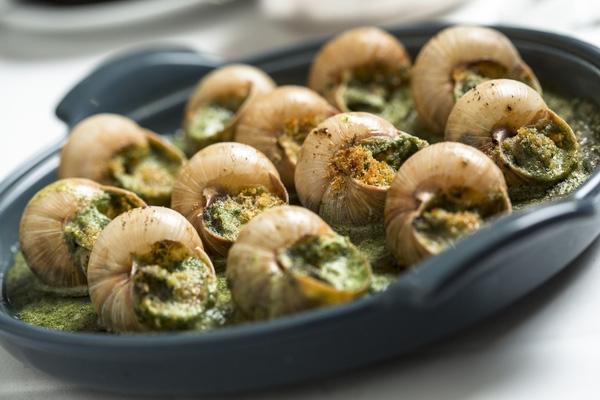 Món Escargot được chế biến từ ốc sên được xem là một món đặc sản nổi tiếng của Pháp. Hương vị của bơ, tỏi và các loại thảo mộc hòa cùng độ dai giòn của ốc, cộng hưởng với cái ngầy ngậy của bơ sẽ mang lại trải nghiệm ngon miệng và thú vị cho thực khách. Món này sẽ trở nên đặc biệt hơn nữa nếu bạn kết hợp cùng với một li rượu trắng mát lạnh.